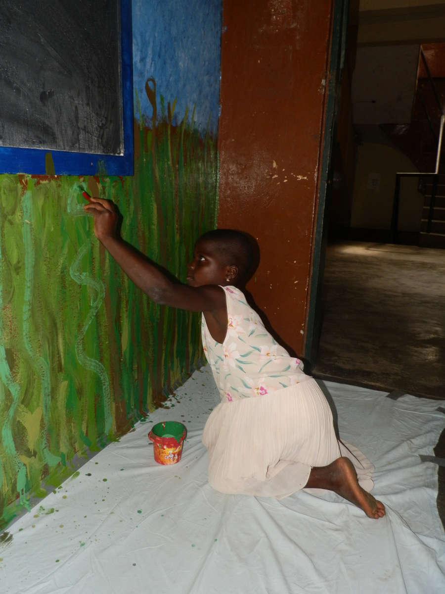 Hanatu malt die Wiese.