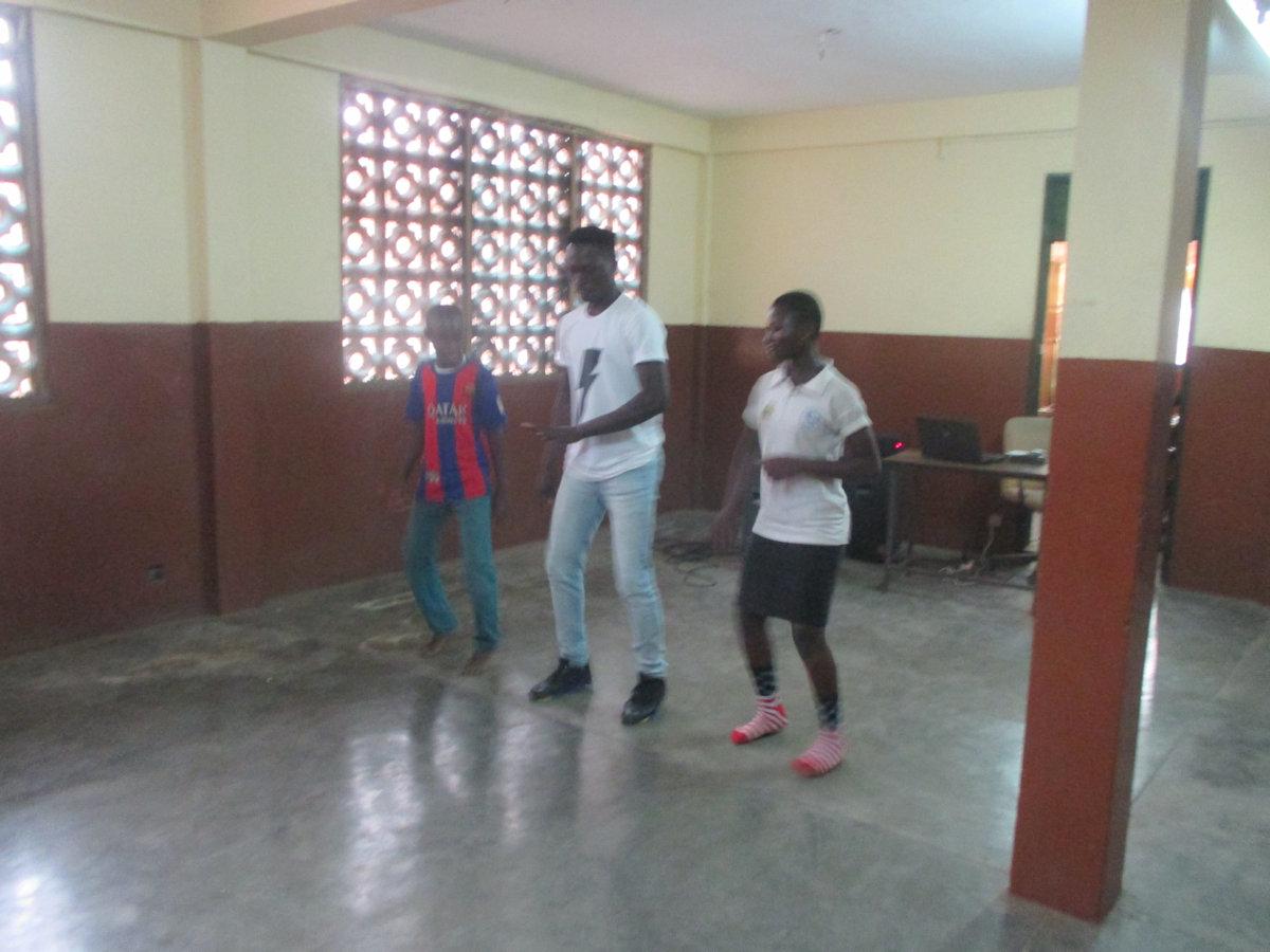 Ein älterer Schützling des Projekts bringt den Jüngeren einen neuen Tanz bei.
