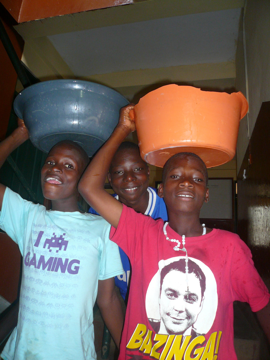 Justice-Godfred-und-Emanuel-carrying-water.JPG