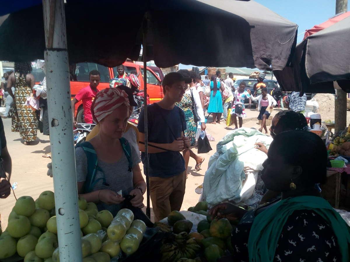 Frisches Obst und Gemüse direkt vom Markt hier erproben unsere Freiwilligen ihre Twi Kenntnisse.