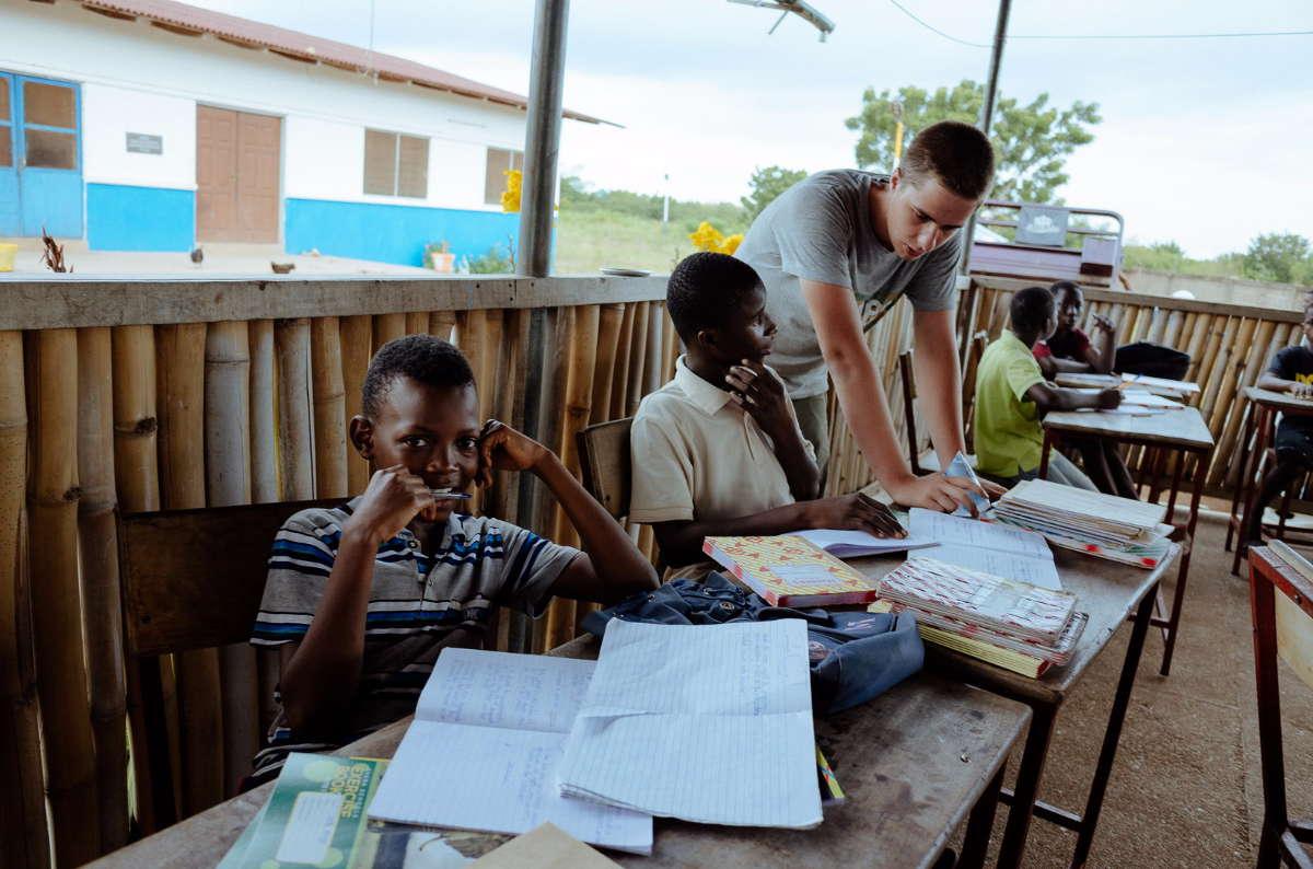 Hausaufgaben machen, eine Challenge, auch für die Freiwilligen.