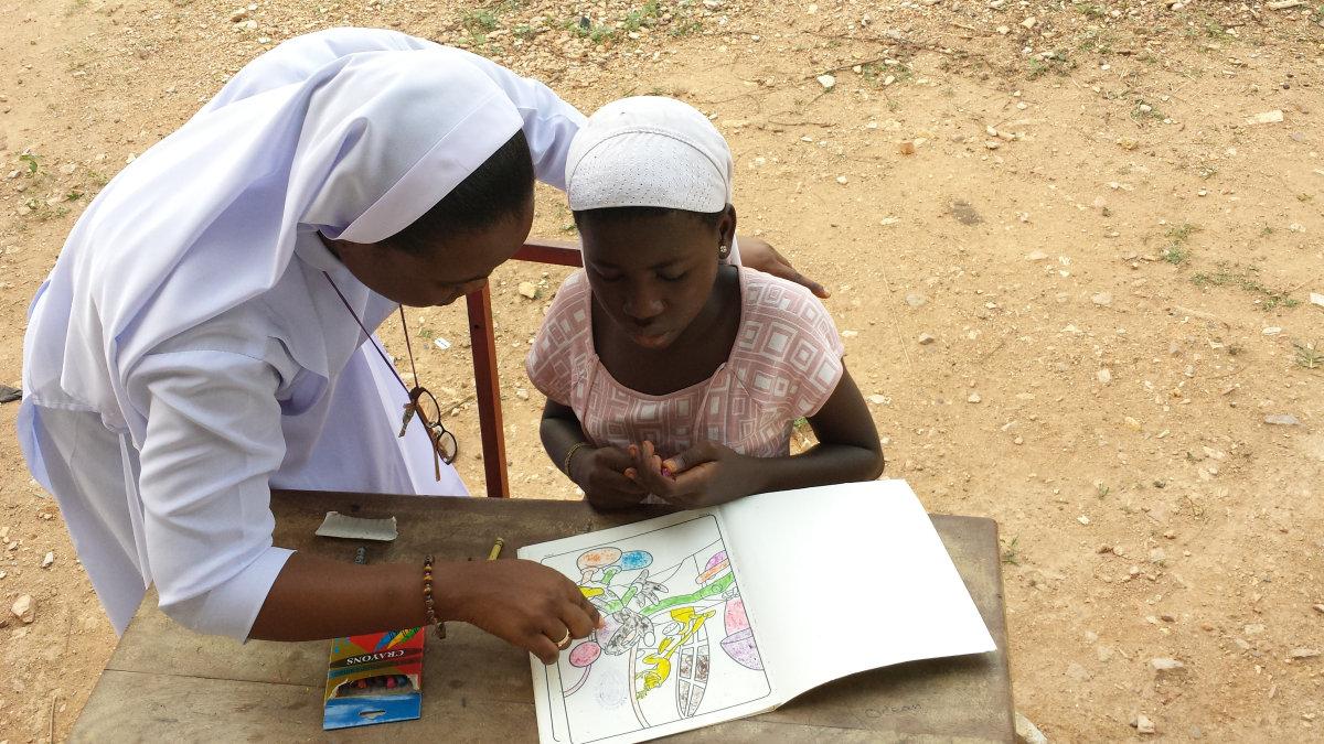Sister Tonia hilft bei den Hausaufgaben