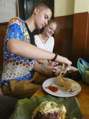 Kenkey ein traditionelles ghanaisches Gericht gehört fest zum Speiseplan.